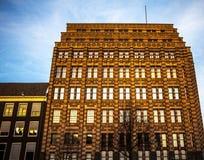 阿姆斯特丹,荷兰- 2016年1月15日:阿姆斯特丹在太阳集合时间的市中心特写镜头著名大厦  一般风景v 免版税库存照片