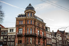 阿姆斯特丹,荷兰- 2016年1月15日:阿姆斯特丹在太阳集合时间的市中心特写镜头著名大厦  一般风景v 免版税库存图片