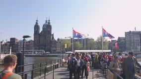 阿姆斯特丹,荷兰 25 04 2019? 等待游船人的队列  圣尼古拉斯大教堂  股票视频