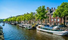 阿姆斯特丹, 2018年5月7日-航行与在的一条小船的本机 库存图片
