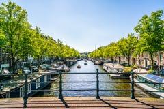 阿姆斯特丹, 2018年5月7日-航行与在的一条小船的本机 免版税库存照片