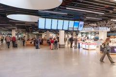 阿姆斯特丹, NETHERLAND - 2017年10月18日:与乘客的国际阿姆斯特丹史基浦机场内部 与R的离开地区 库存照片