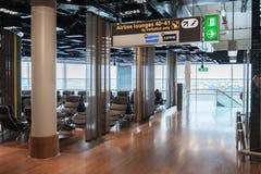 阿姆斯特丹, NETHERLAND - 2017年10月18日:与乘客的国际阿姆斯特丹史基浦机场内部 与R的离开地区 免版税库存照片
