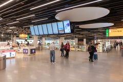 阿姆斯特丹, NETHERLAND - 2017年10月18日:与乘客的国际阿姆斯特丹史基浦机场内部 与S的离开地区 免版税图库摄影