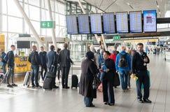 阿姆斯特丹, NETHERLAND - 2017年10月18日:与乘客的国际阿姆斯特丹史基浦机场内部 人looki 免版税库存图片