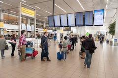 阿姆斯特丹, NETHERLAND - 2017年10月18日:与乘客的国际阿姆斯特丹史基浦机场内部 调查t的人们 免版税库存图片