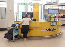 阿姆斯特丹, NETHERLAND - 2017年10月18日:与乘客的国际阿姆斯特丹史基浦机场内部 问讯处 库存照片