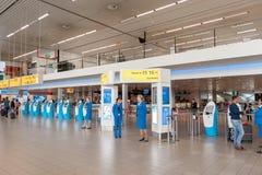 阿姆斯特丹, NETHERLAND - 2017年10月18日:与乘客的国际阿姆斯特丹史基浦机场内部 KLM报到区域机智 库存照片