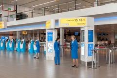 阿姆斯特丹, NETHERLAND - 2017年10月18日:与乘客的国际阿姆斯特丹史基浦机场内部 KLM报到区域机智 免版税库存图片