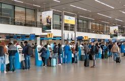 阿姆斯特丹, NETHERLAND - 2017年10月18日:与乘客的国际阿姆斯特丹史基浦机场内部 KLM登记区域 de 免版税库存照片
