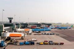 阿姆斯特丹, NETHERLAND - 2017年10月18日:有飞机的国际阿姆斯特丹史基浦机场在背景中 观察甲板plac 免版税图库摄影