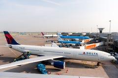 阿姆斯特丹, NETHERLAND - 2017年10月18日:有飞机的国际阿姆斯特丹史基浦机场在背景中 观察甲板plac 库存图片