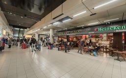 阿姆斯特丹, NETHERLAND - 2017年10月27日:阿姆斯特丹有人的国际机场斯希普霍尔 地方餐馆 库存图片