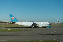 阿姆斯特丹, NETHERLAND - 2016年11月28日:B-6515空中客车A330准备好的中国南方航空股份有限公司在阿姆斯特丹机场Schip离开 免版税库存照片