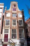 阿姆斯特丹, NETHERLANDS-APRIL 27 :阿姆斯特丹17世纪建筑学在2015年4月27日,荷兰的进城 免版税图库摄影
