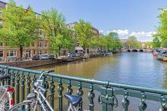 阿姆斯特丹:与自行车的运河视图 免版税库存照片