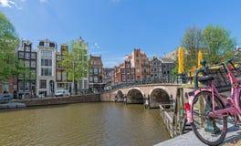 阿姆斯特丹:与自行车的运河视图 免版税图库摄影