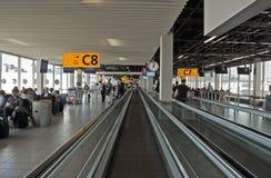 阿姆斯特丹-移动的自动扶梯在Amsterdams机场斯希普霍尔 库存图片