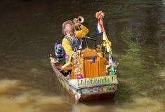 阿姆斯特丹-小船的未知的音乐家 库存照片