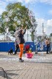 阿姆斯特丹- 2015年9月18日:做巨大的泡影气球的妇女 库存图片