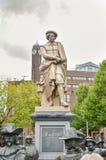 阿姆斯特丹- 2015年9月17日:在bo前面的Rembrant纪念碑 库存照片
