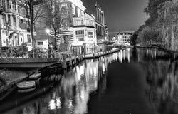 阿姆斯特丹- 2013年5月1日:城市运河在晚上为女王的天 A 免版税库存图片
