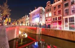 阿姆斯特丹- 2013年5月1日:城市运河在晚上为女王的天 A 库存照片