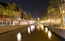 阿姆斯特丹- 2013年5月1日:城市运河在晚上为女王的天 A 图库摄影