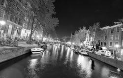 阿姆斯特丹- 2013年5月1日:城市运河在晚上为女王的天 A 库存图片
