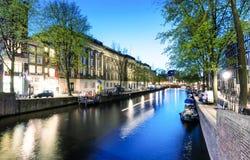 阿姆斯特丹- 2013年5月1日:城市运河在晚上为女王的天 A 免版税库存照片