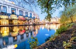 阿姆斯特丹- 2013年5月1日:城市运河在晚上为女王的天 A 免版税图库摄影
