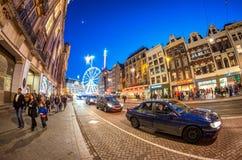 阿姆斯特丹- 2015年4月25日:游人和本机沿城市stree 免版税图库摄影