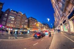 阿姆斯特丹- 2015年4月25日:游人和本机沿城市stree 免版税库存图片