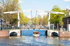阿姆斯特丹4月30日:Magere Brug (皮包骨头的桥梁)如被看见从2015年4月30日的水 免版税图库摄影