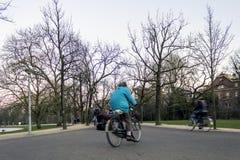 阿姆斯特丹- 2月06 :人们在Vondelpark,公开都市pa 免版税图库摄影