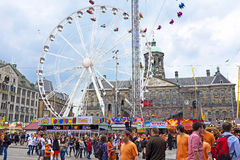 阿姆斯特丹- 4月26 :在庆祝国王天的水坝正方形人民 库存图片