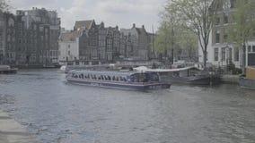 阿姆斯特丹/荷兰- 2019年4月:在主要Gracht的游船在阿姆斯特丹[鞭打平的外形] 影视素材