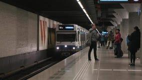 阿姆斯特丹/荷兰- 2019年4月:在滑铁卢简单的地铁的到达的火车在阿姆斯特丹 股票视频