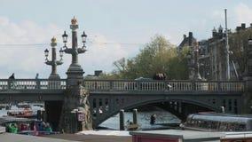 阿姆斯特丹/荷兰- 2019年4月:游船和桥梁在主要Gracht附近在阿姆斯特丹 影视素材