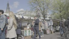 阿姆斯特丹/荷兰- 2019年4月:访客和市场立场在滑铁卢市场上在阿姆斯特丹[鞭打平的外形] 股票录像