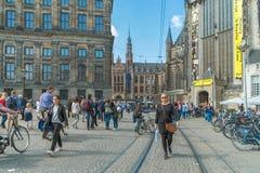 阿姆斯特丹/荷兰-走在上午正方形的9/12/14人  免版税库存图片
