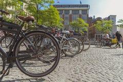 阿姆斯特丹/荷兰-阿姆斯特丹广场9/12/14看法有自行车的 免版税库存照片