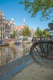 阿姆斯特丹/荷兰-阿姆斯特丹9/12/14典型的运河有双的 免版税库存照片