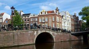 阿姆斯特丹-运河和典型的荷兰房子 库存照片