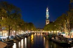 阿姆斯特丹Westerkerk在运河的高耸在市阿姆斯特 免版税图库摄影