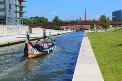 阿威罗,葡萄牙- 2018年6月15日:wà ¡ ter运河丝毫小船的看法 库存照片