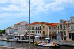 阿威罗,葡萄牙- 6月21 06 2015年:漫步游人的长平底船通过阿威罗,葡萄牙ria  免版税库存图片