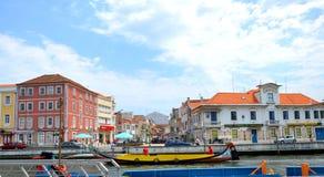阿威罗,葡萄牙- 6月21 06 2015年:漫步游人的长平底船通过阿威罗,葡萄牙ria  库存图片