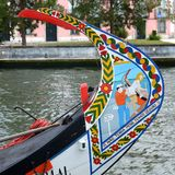 阿威罗,葡萄牙- 6月21 06 2015年:漫步游人的长平底船通过阿威罗,葡萄牙ria  图库摄影