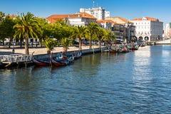 阿威罗,葡萄牙- 2015年5月22日, :Moliceiro沿c的小船风帆 免版税库存照片